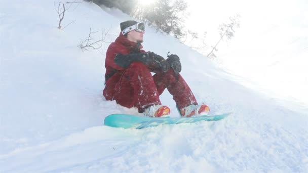Porträt Nahaufnahme cool gutaussehender Mann junger Snowboarder außerhalb Winter Skigebiet suchen Kamera fröhlich Lächeln blaue Augen Helm Aktivität Sport Lifestyle extreme männliche Person Berge Skifahren Menschen