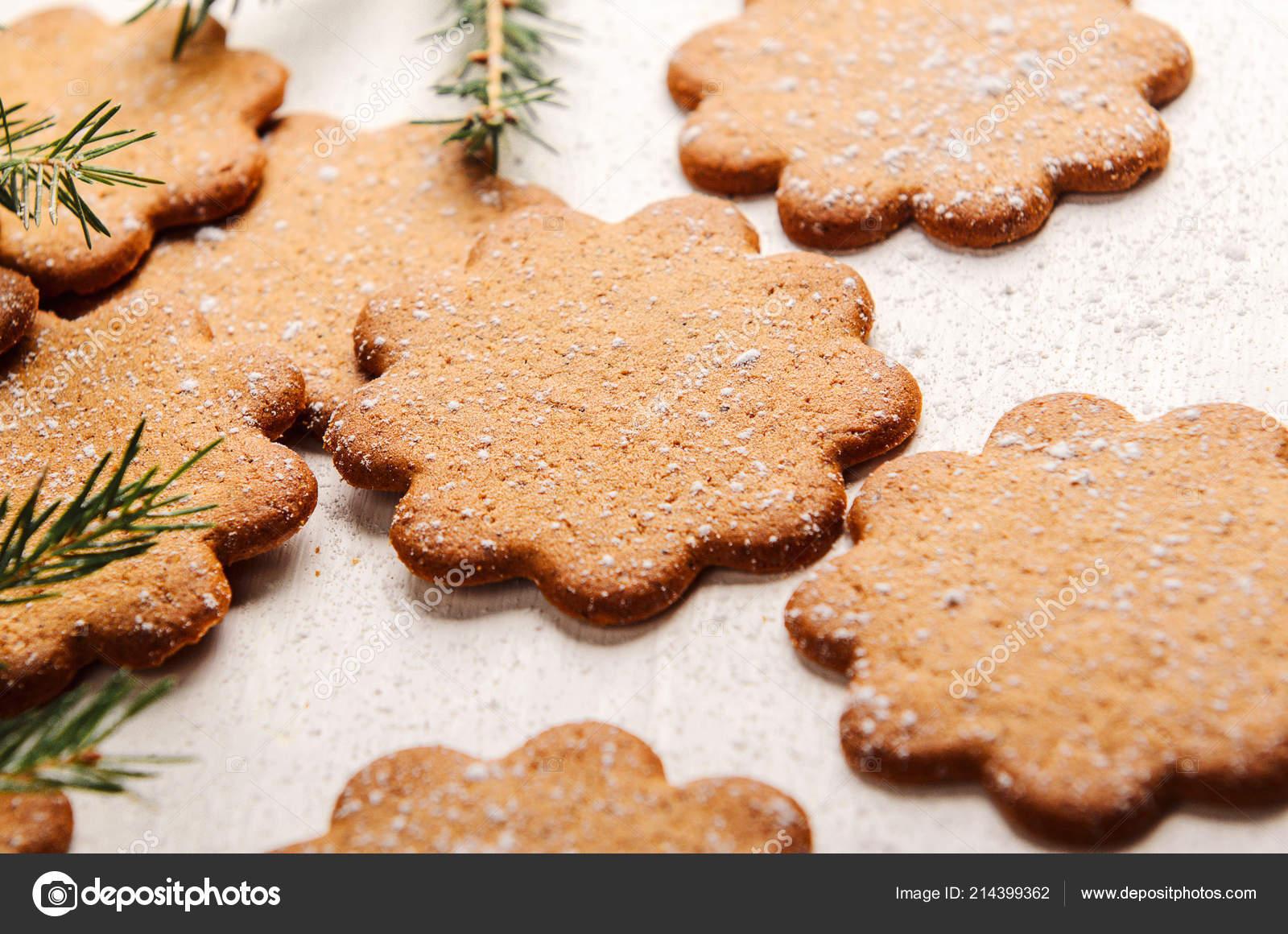 Biscotti Allo Zenzero Di Natale.Dolce Sottili Biscotti Allo Zenzero Su Fondo Bianco Con Zucchero A
