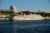 Osobní výletní loď říční námořní ukotveny na molu říční přístav města. Pohled na lodi a části říční přístav a město nábřeží