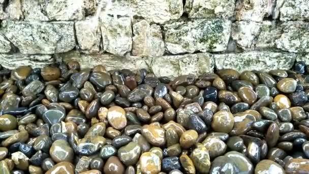 Voda padá do kamene.