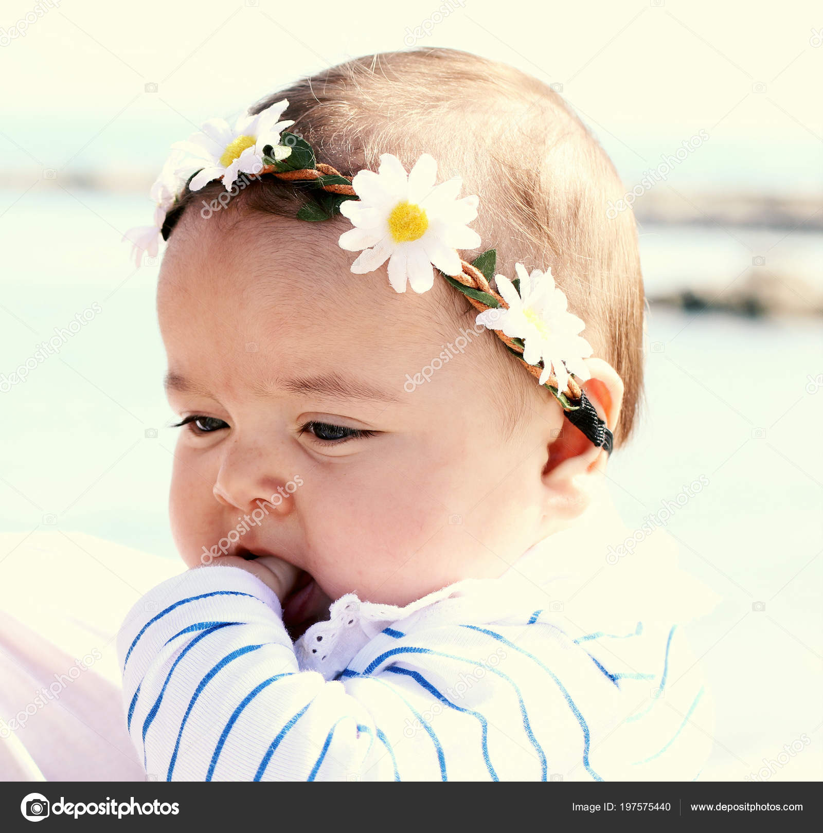 portrait beautiful baby girl flowers his head — stock photo