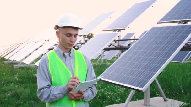 Techniker für Sonnenkollektoren arbeitet mit Sonnenkollektoren.