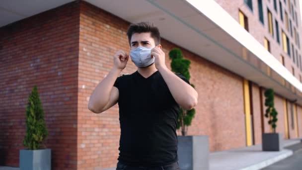 schöner Mann mit Maske im Gesicht