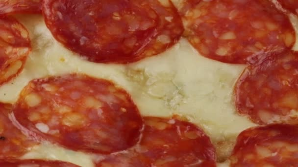 Pizza s mozarellou a salám