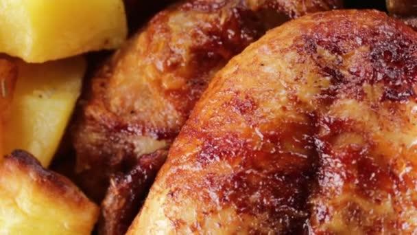 Kuře vařené v lese s pečenými brambory