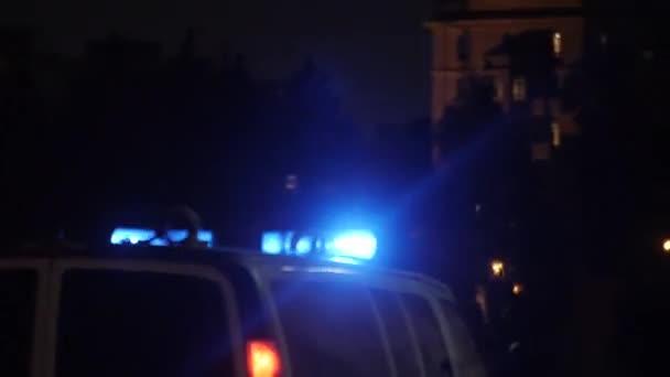 Rettungswagen mit Taschenlampen auf regennasser Straße