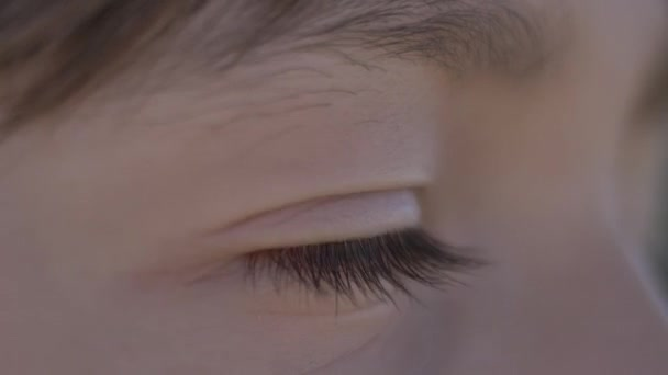 Junge sieht, Jungen Auge in Nahaufnahme im Freien