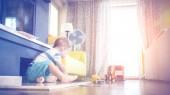 két év régi fiú játszó játékai, autók, nappali szobában a napsütésben