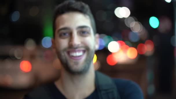 Porträt von einem Mann in der Nacht mit Citylights