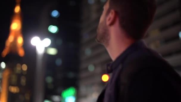 Junger Mann erkundet nachts die Großstadt