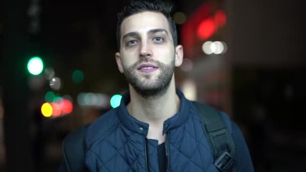 Porträt des jungen und lustigen Kerl mit City Night am Hintergrund