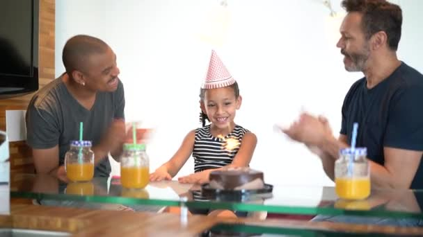moderne Familie - schwules Paar mit adoptierten Kindern - feiert Geburtstagsparty
