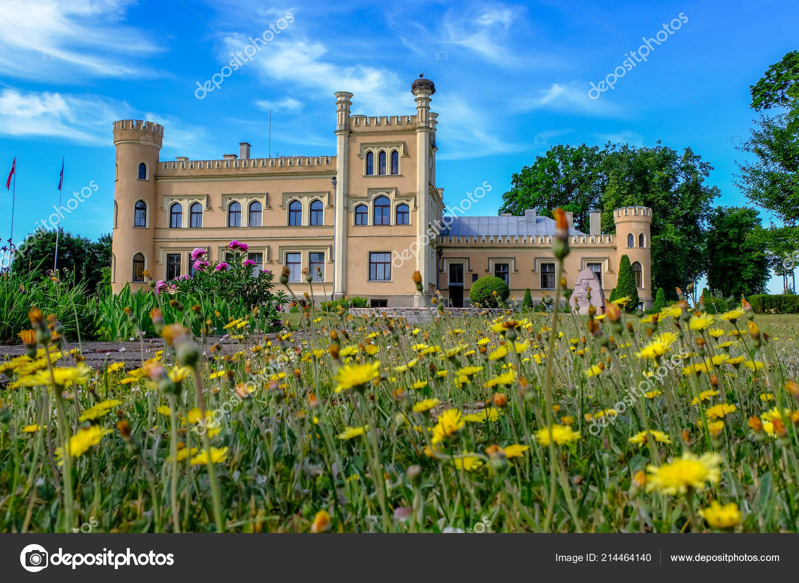 Vintage Yellow Brick Manor Countryside Flowers Front Nice Summer Day — Stock Photo