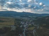 Letecký pohled na venkovských horských oblastí na Slovensku, obcí Zuberec a Habovka