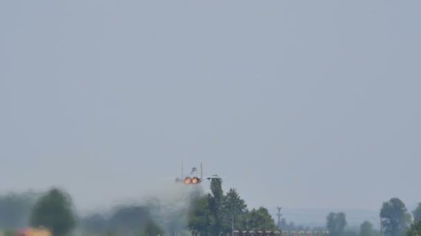 Militärische Kampfflugzeuge kurz nach dem Start mit voller Wucht in Kerze