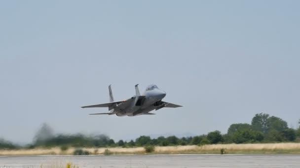 Militärische Kampfflugzeuge kurz nach dem Start in Zeitlupe 96fps Tiefpass