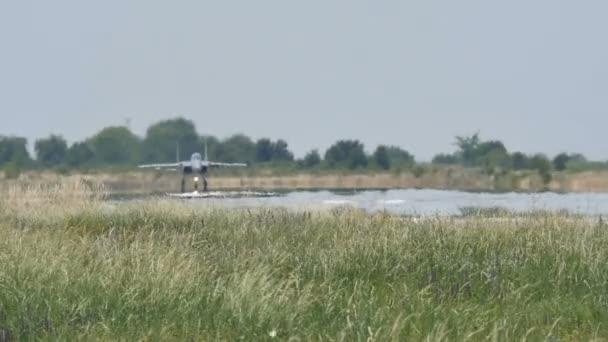 Graues Kampfflugzeug zum Start in Zeitlupe 96fps FullHD