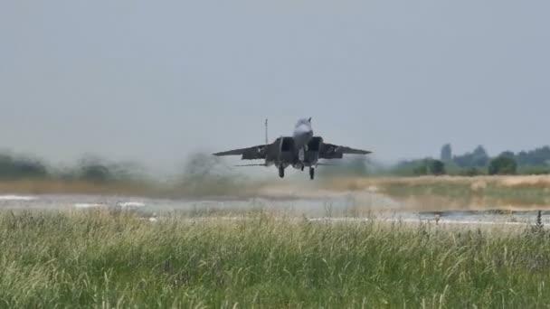Militärische Kampfflugzeuge ziehen beim langsamen Start das Fahrwerk zurück