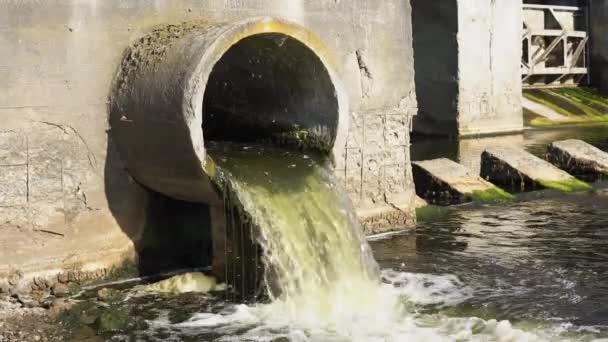 Schmutzwasser fließt aus der Leitung in den Fluss, Umweltverschmutzung. Kanalisation, Kläranlagen