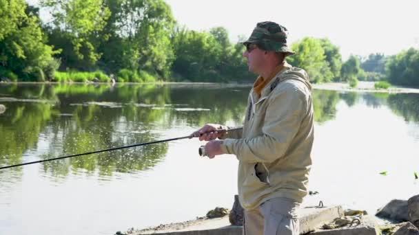 Rybář rybaření s rotující tyčí na řece