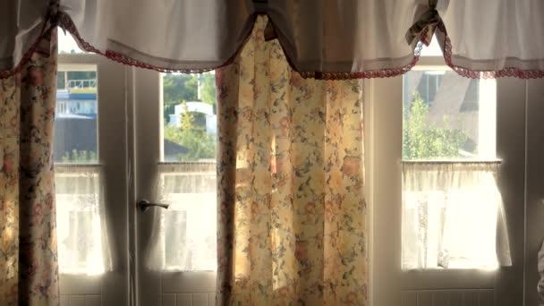 ház ajtók belülről napfény és függöny