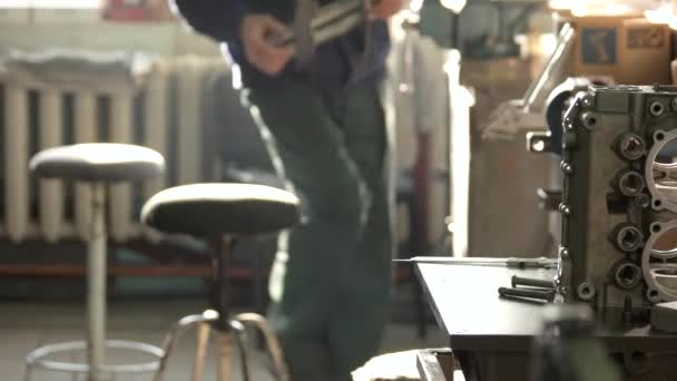 ruce člověka průmyslové dílny součást motoru, jak jsou vyráběny letecké motory