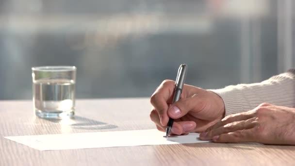 snědý muž podepisuje profesionální smlouvu v úřadu