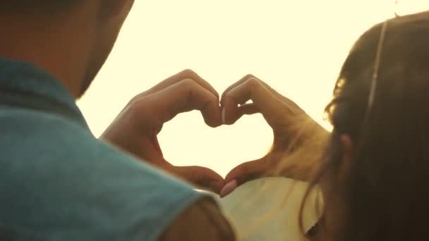 zblízka mladý pár dělat srdce tvar s rukama