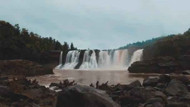 úžasný vodopád