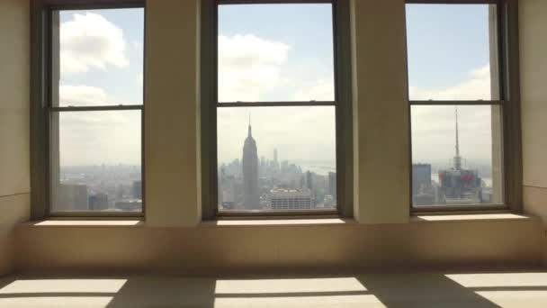 pohled na městskou krajinu z oken vysoké budovy