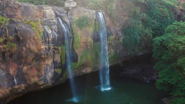 voda padá ze skalnatého útesu