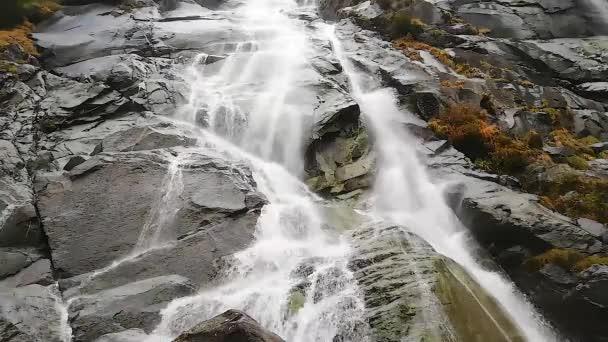 vodopády padající z útesů na úbočí hory