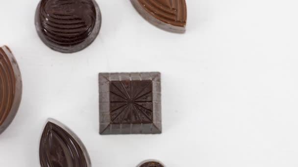 detailní záběr chutné rozmanité sladkosti a bonbóny na bílém pozadí