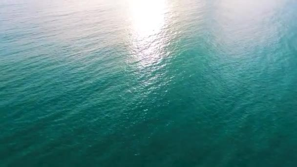 dron letící nad hladinou moře