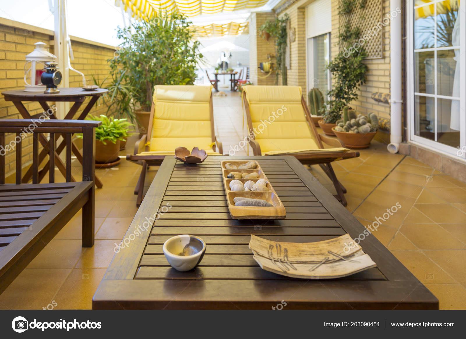 Vista Terraza Mesa Con Varios Ornamentos Hamacas Con Cojines