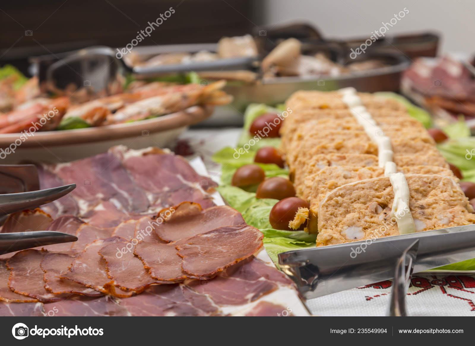 Weihnachtsessen Fleisch.Schalen Mit Verschiedenen Platten Von Essen Fleisch Wurstwaren Fisch