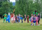 Adygea, Rusko - 1 června 2018: Animátoři hrát s dětmi v přírodě hry prázdniny pro děti na letní den v Adygea