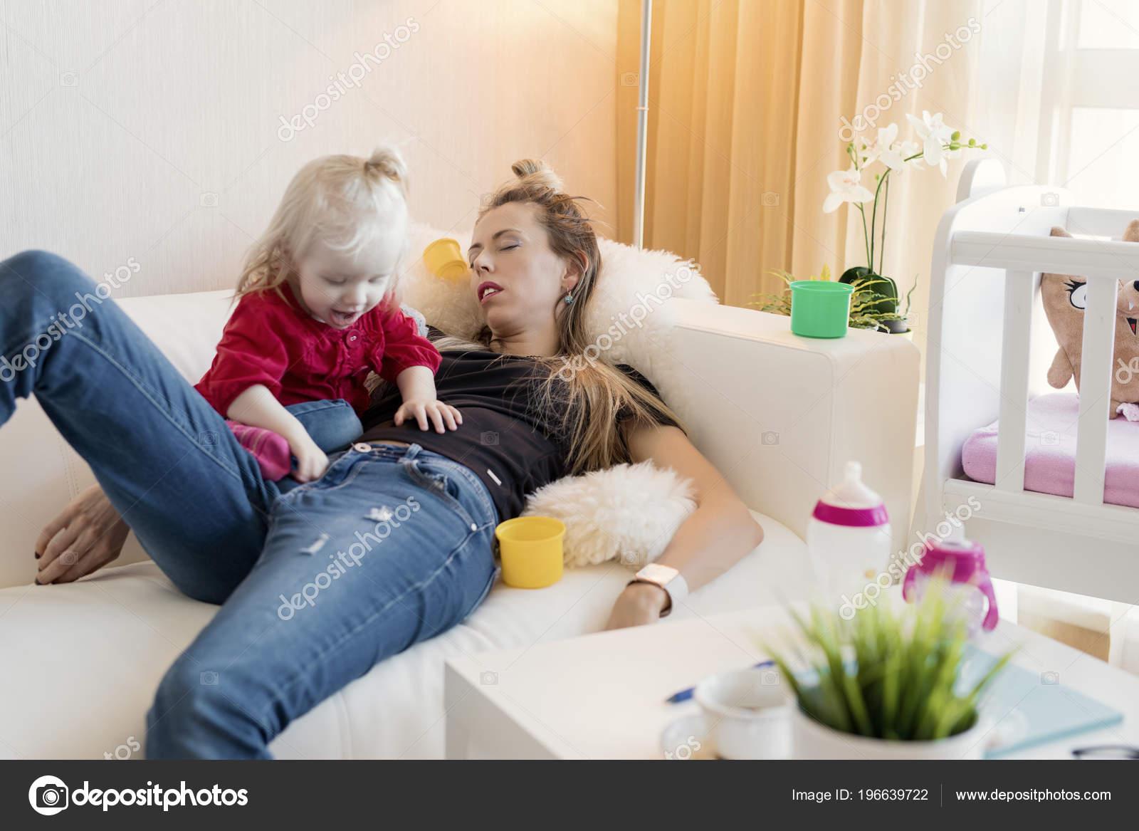 Сын трахнул спящую мать в рот, Похотливый сын поимел спящую маму в рот и пизду 20 фотография