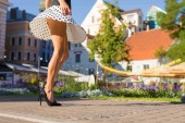 Photo Woman with slim legs walking in city