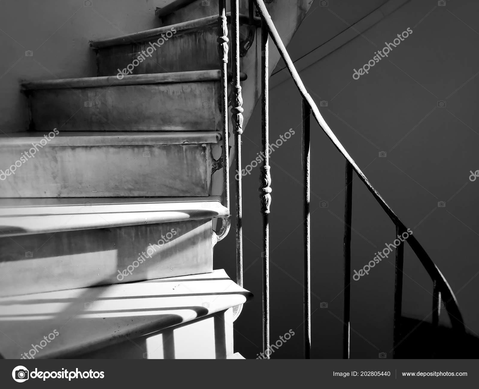 Scala Chiocciola Antica Con Corrimano Ferro Decorato Girato Bianco
