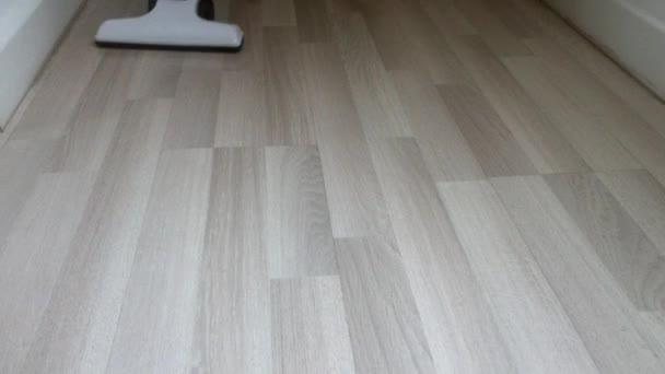 čištění podlah pomocí vysavače