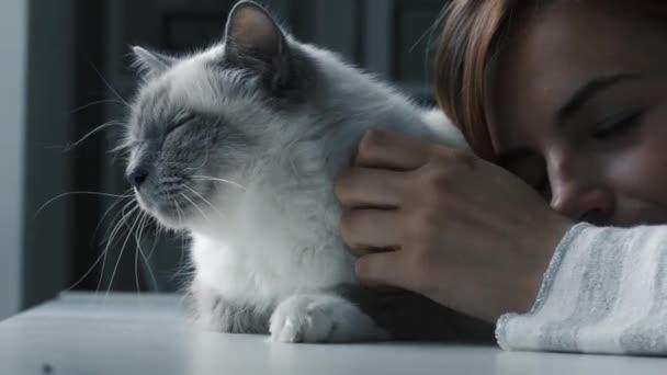 Hozzábújva neki gyönyörű bolyhos macska nő