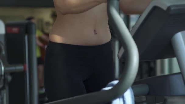 Sportliche Frau, die dabei einer Laufband-Trainings