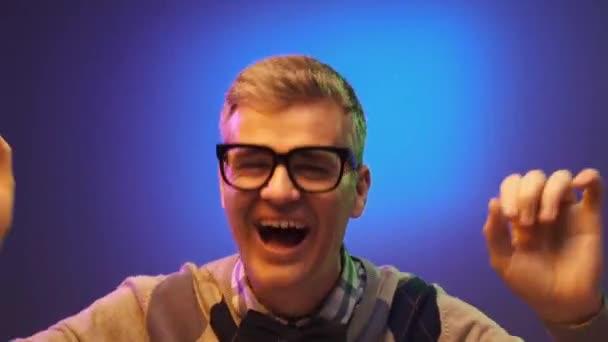 Veselá nerd chlap s brýlemi, tanec a zábavu samostatně, je šťastný a baví