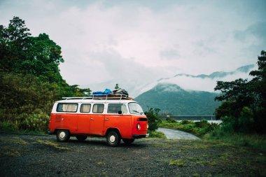 Arkasında nehir olan Van Life arabası