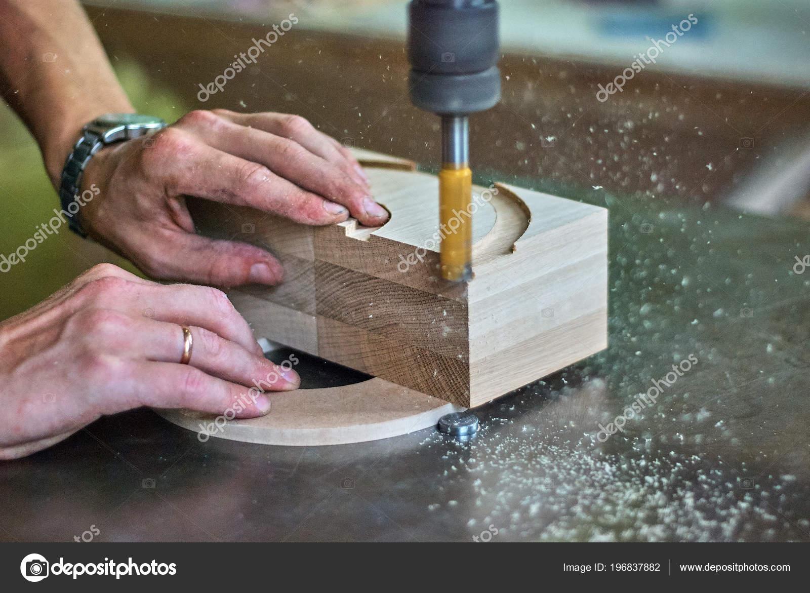 Lavorazioni Con Il Legno.Lavorazione Dei Prodotti Legno Con Una Fresatrice