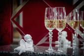 Schöne zwei Gläser Champagner auf dem Kamin. Restaurant