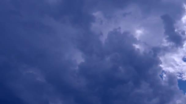 Zeitraffer stürmischer Wolken, die sich schnell am Himmel bewegen. Dunkle, dramatische Gewitterwolken. Sturm und Regenwolken