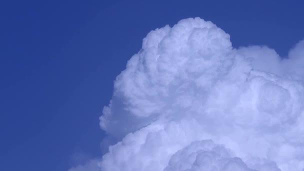 Az égen mozgó felhők időkiesése, fehér felhő képződése