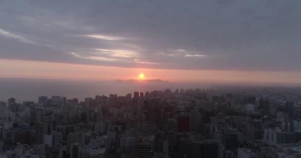 Légi felvétel a perui Lima felett. Üres utcák a COVID 19 világjárvány lezárása miatt.